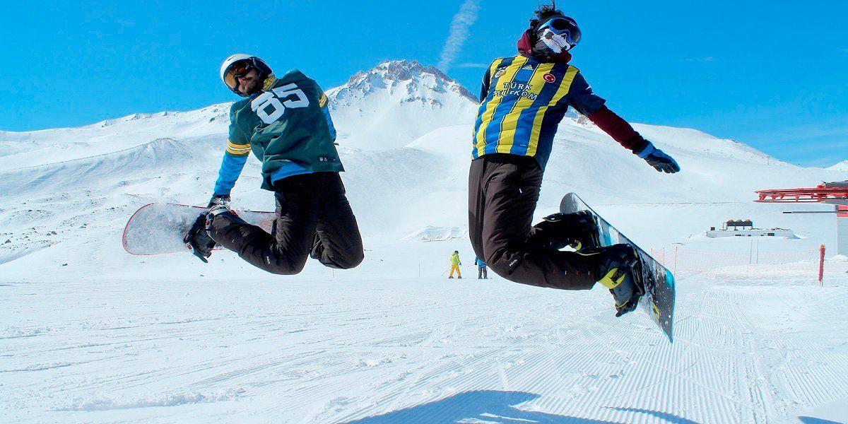 W pobliżu wulkanu znajdują się wygodne hotele i ośrodki narciarskie, można się do nich dostać, choćby planując urlop z ITAKĄ.