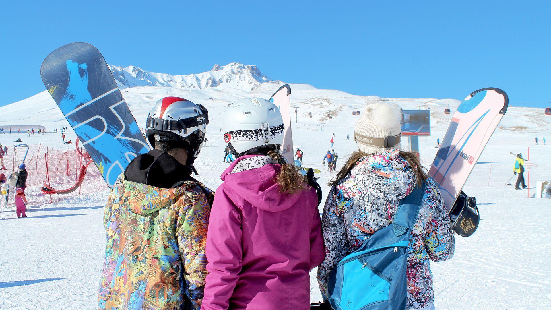 Ośnieżona Kapadocja wygląda naprawdę bajkowo, no i te kilometry ośnieżonych tras przygotowanych zarówno z myślą o początkujących, jak i bardzo zaawansowanych narciarzach.