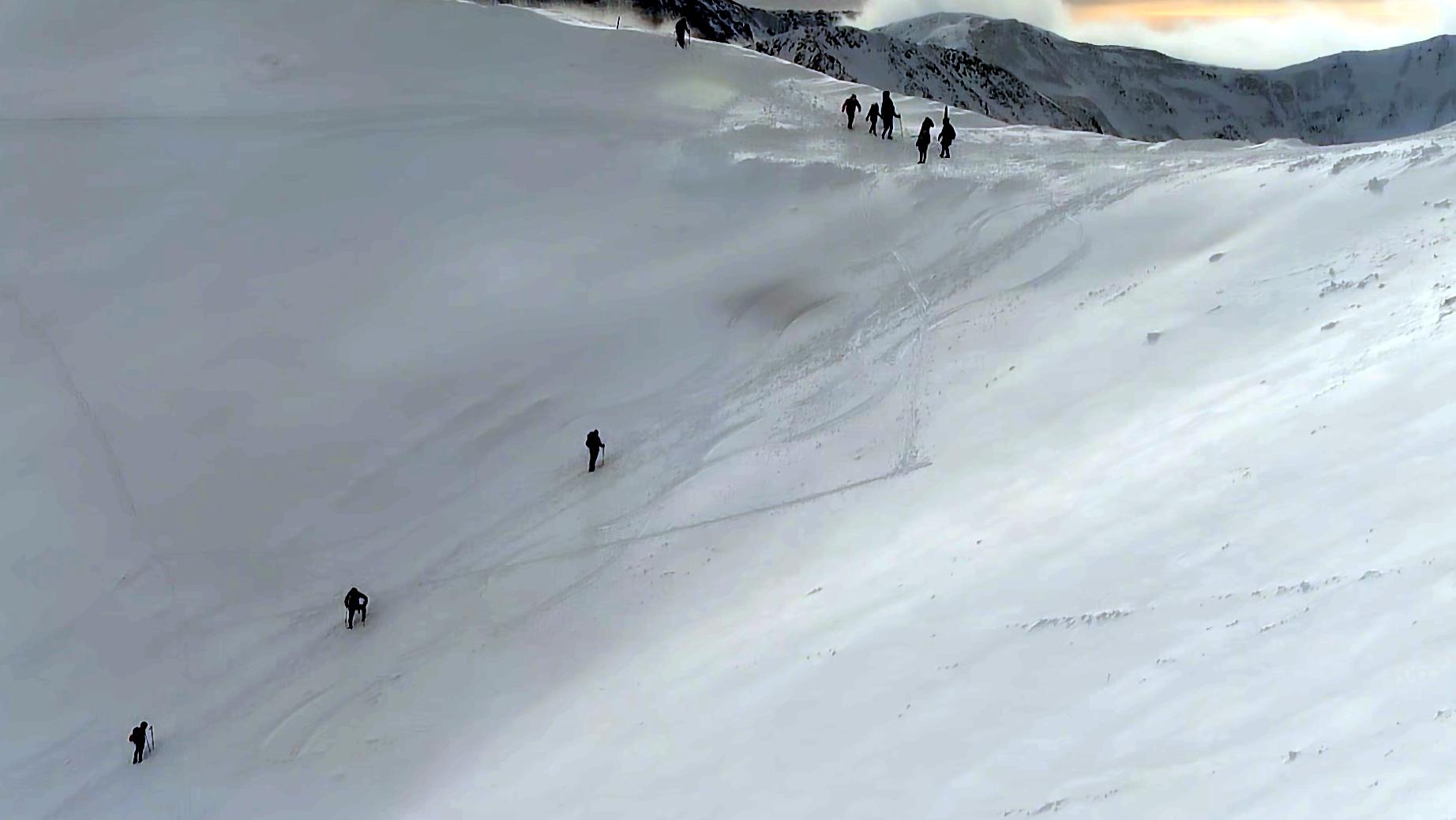 Widok z Hali Gąsienicowej na kilku skiturowców.