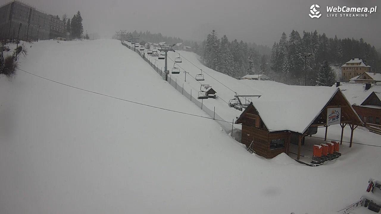 Pusty i zaśnieżony stok w centrum Jaworzyny - Krynickiej - HENRYK SKI