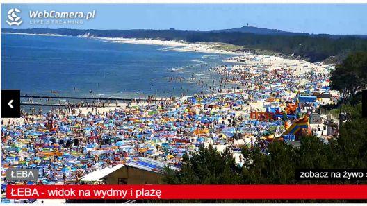 Krótkie ujęcia na zatłoczone plaże nad Bałtykiem.