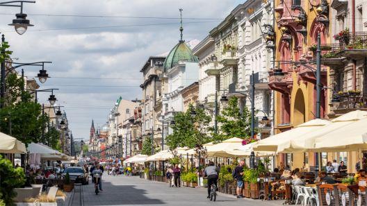Kamera prezentuje ujęcie u styku ulic Piotrkowskiej i Tuwima.