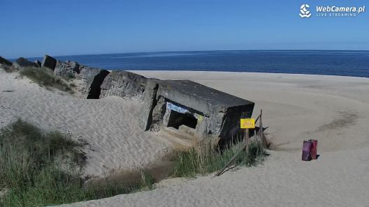 Plaża w Bobolinie z widokiem na bunkry.